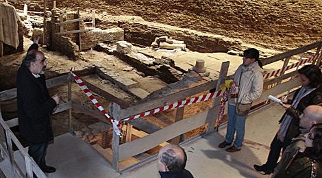 El arqueólogo Celso Rodríguez, director del proyecto, explicando la historia del yacimiento. | P. A.