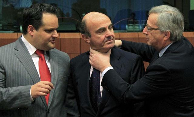 Juncker bromea con Luis de Guindos este lunes en el Eurogruopo. | Reuters
