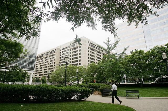 Fachadas de los edificios del Banco Mundial (izdq.) y el FMI en Washington. | Afp