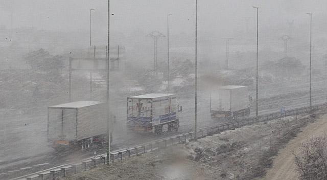 Camiones circulan por la A-3 en plena nevada. | V. Bosch