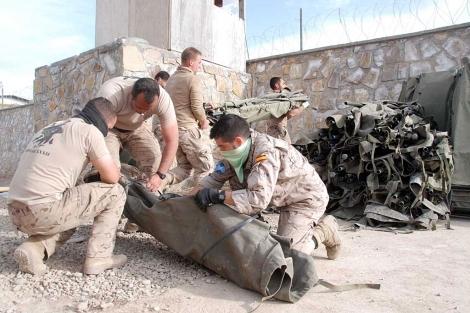 Militares españoles desmontando literas en el campamento de Moqur.   M.B.