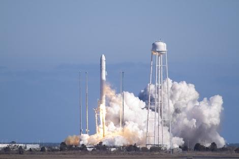 El cohete Antares despegando desde la base de Virginia (EEUU).   NASA
