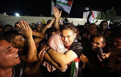 Uno de los presos liberados abraza a un familiar en West Bank. | Reuters