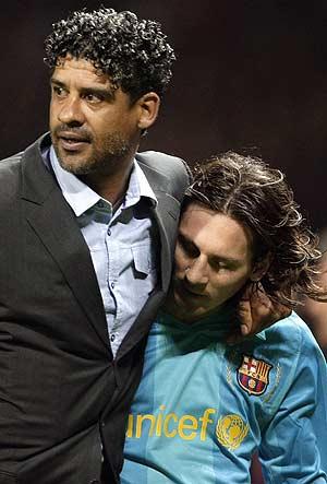 Rilkaard consuela a Messi tras la derrota ante el Manchester.<br />