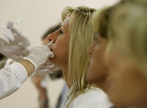 Una mujer recibe la vacuna en el hospital de Indianapolis. | AP