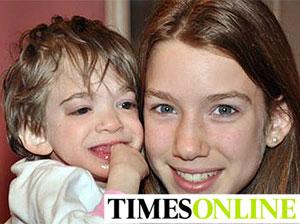 Brooke, con 16 años, en brazos de su hermana pequeña, Carly, de 13.