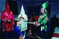 M�stica. Con una liturgia ancestral, el Gran Dragón ordena Caballero del Klan a un nuevo acólito.