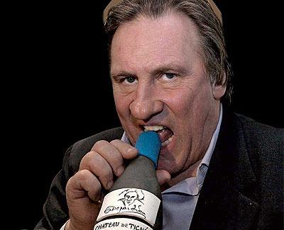 Apasionado. Depardieu, que en diciembre cumplirá 60 años, muerde una botella de uno de sus vinos franceses. La primera vez que cai en coma etilico tenia ocho años, ha dicho.