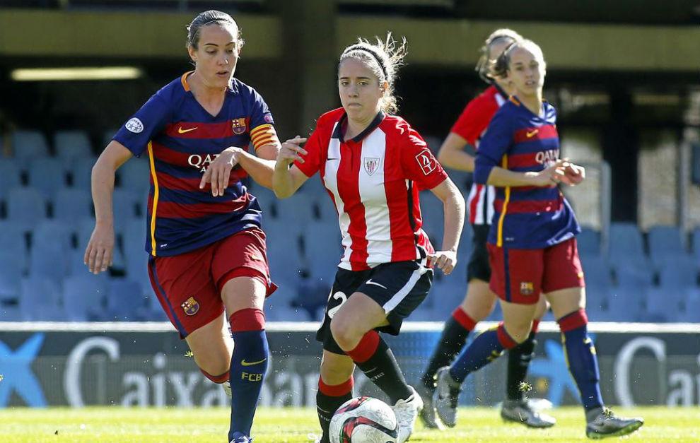 Marta Unzué puja con una jugadora del Athletic Club en el centro del...