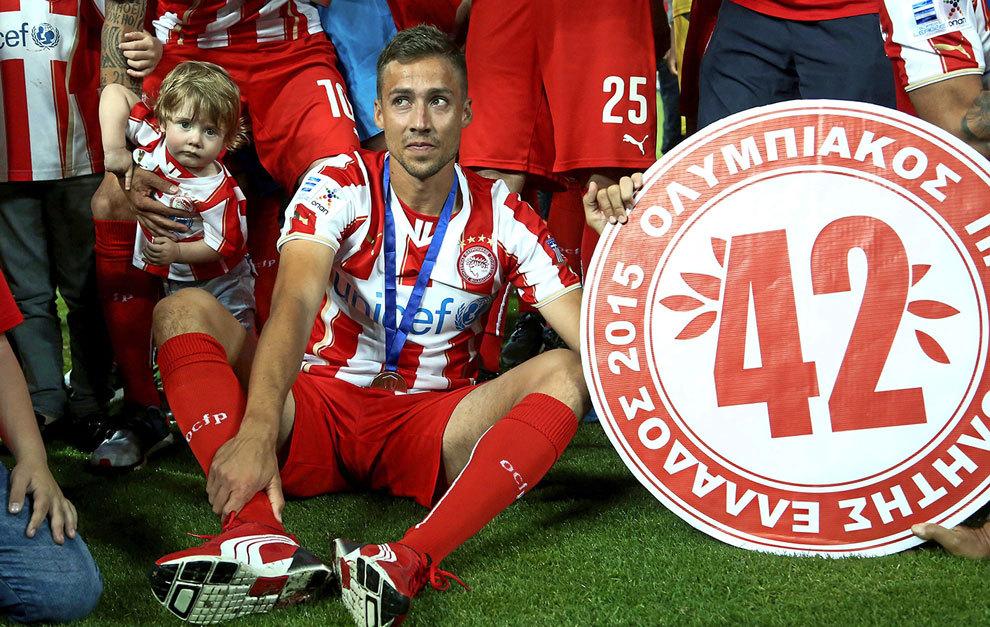 David Fuster (34) celebra la Liga conquistada por Olympiacos la pasada...