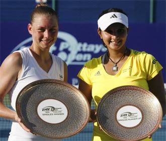 Vera Zvonareva y Sania Mirza posan con el primer y segundo trofeo, respectivamente, en Tailandia.