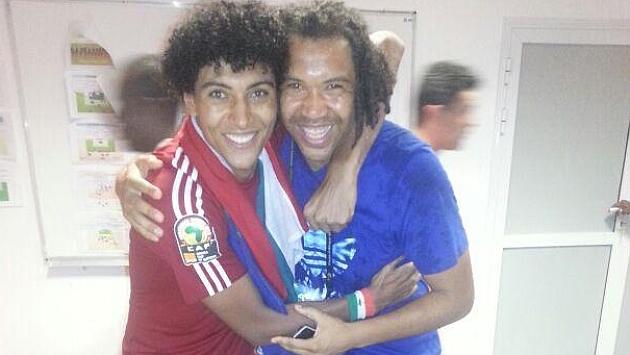 Iván celebra con su hermano Benjamín el pase a cuartos.
