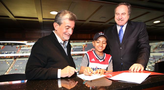 Los Wizards fichan a un niño con cáncer cerebral y lo presentan como a un jugador más