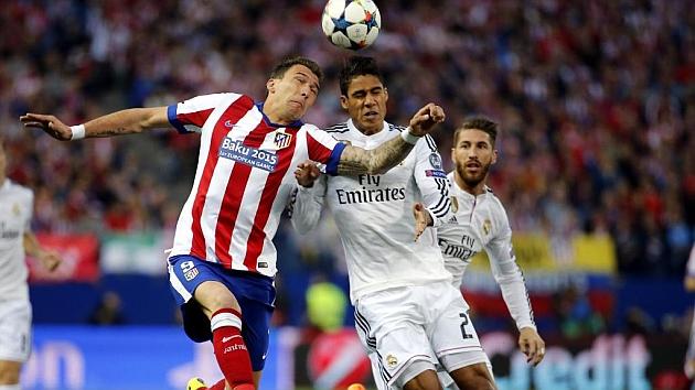 Raphael Varane lucha un balón aéreo con Mandzukic en el Calderón. Foto: Pablo García