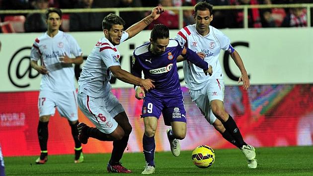 Carriço y Fernando Navarro tratan de frenar a Sergio García en el Sevilla-Espanyol de esta temporada. Foto: KIKO HURTADO