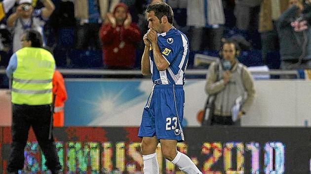 Tamudo besa el escudo del Espanyol.