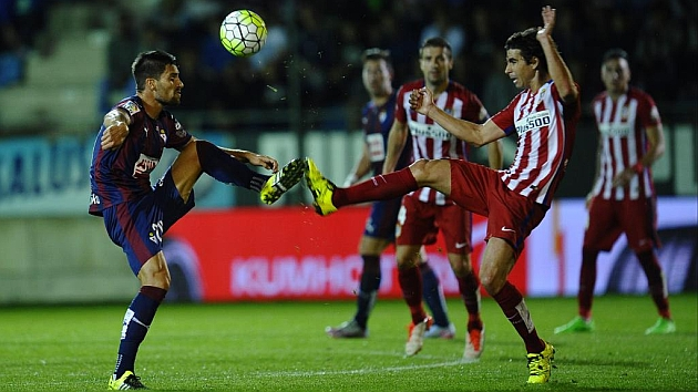 Adrián González pelea un balón con Tiago en el partido de liga entre el Atlético de Madrid y el Eibar.