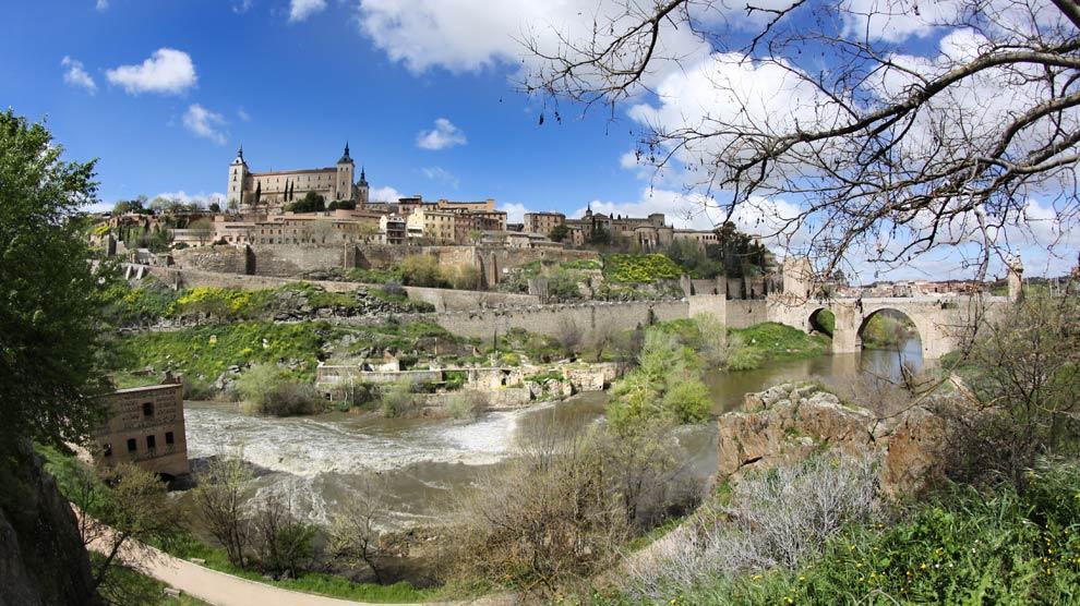 Vista general de Toledo con el Alcázar y el puente de Alcántara a la derecha. | Fotografía: Agustín Puig