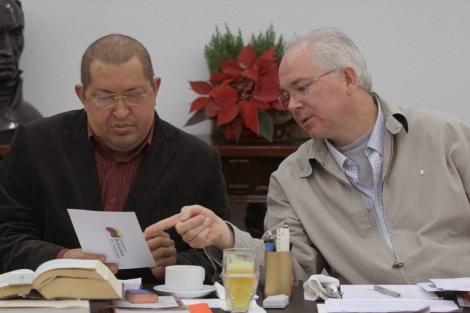 Chávez, junto a su ministro de Energía, en la reunión especial. | Efe