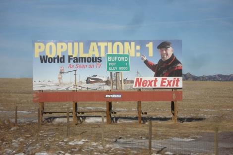 Un cartel con Don Sammons, el único habitante y propietario de Buford. | Reuters