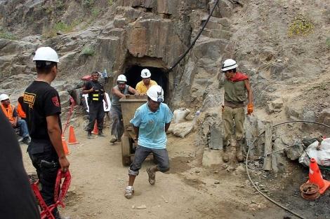 Mineros trabajando en la mina donde nueve de sus compañeros han quedado atrapados. | Efe
