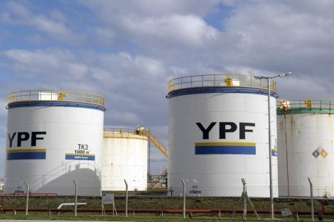 Tanques de YPF en la ciudad argentina de Río Gallegos. | Afp