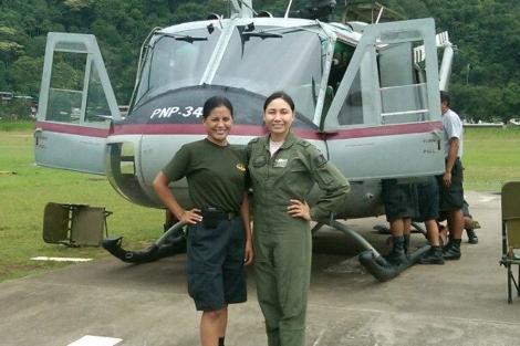 La capitana Nancy Flores (a la derecha), junto con su compañera de vuelo. | Agencia Andina