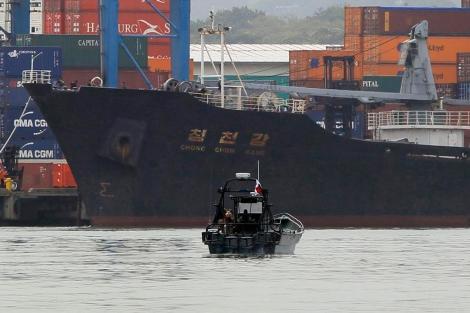 El buque norcoreano atracado en el muelle de Manzanillo. | Efe