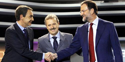 Zapatero y Rajoy estrechan sus manos antes del debate, en presencia de Campo Vidal. (Foto: EFE)