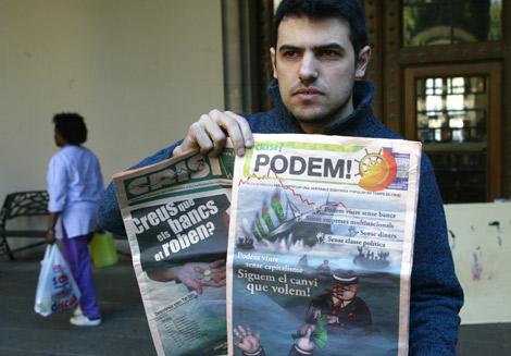 Enric Duran, junto a la revista que publicó en septiembre y la nueva.   Domènec Umbert