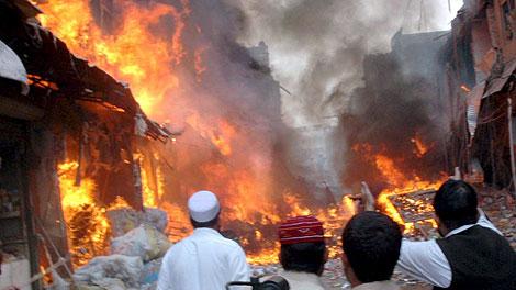 Estado del mercado de Peshawar minutos después de la explosión. (Foto: Elmundo.es/Efe)