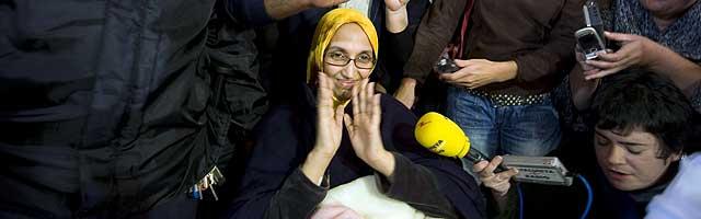 La activista saharaui Aminatou Haidar, antes de tomar el aerotaxi en Lanzarote. | AFP