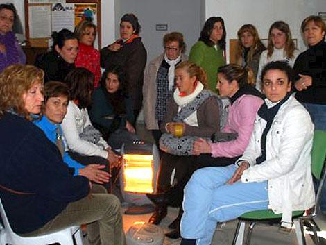 Las mujeres de El Coronil en huelga de hambre, junto a otras de las encerradas. | Efe