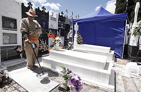 Un operario trabaja junto a la carpa instaladaen el cementerio de Aguilar. | Madero Cubero
