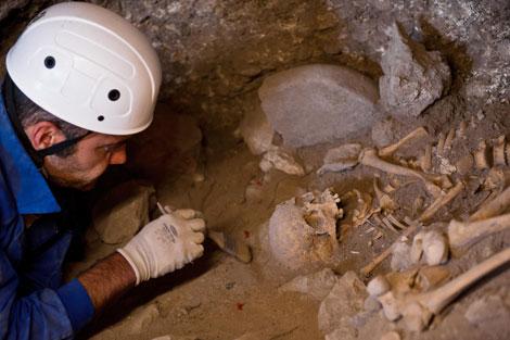 Restos de la joven del neolítico encontrada en Atapuerca.  EFE