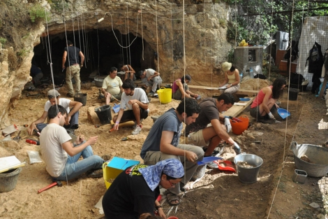 Excavaciones en la Cueva de Teixoneres durante este mes de agosto.| IPHES