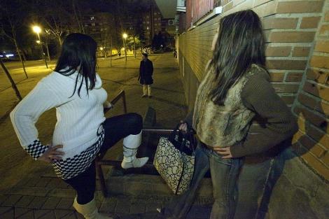 Dos prostitutas en Madrid. | Gonzalo Arooyo