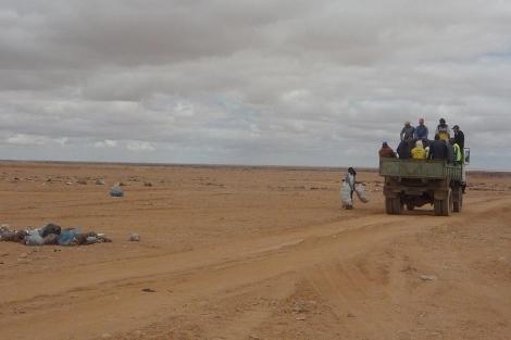 Un camión recoge los restos que quedan del campamento 'Gdeim Izik'. | Ana Romero