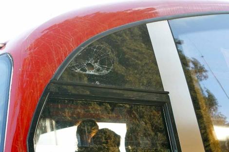 El cristal del autobús tras recibir el impacto de una piedra.   PMA