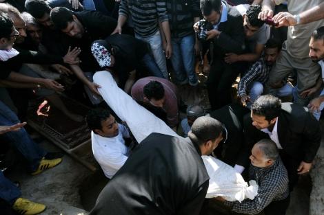 Entierro de uno de los manifestantes fallecidos en Bahrein. | Efe
