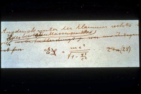 Manuscrito de Einstein con la fórmula de la Teoría de la Relatividad. | E. M.