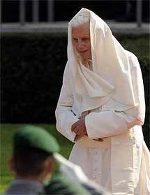Benedicto XVI, recibido con honores.  Efe