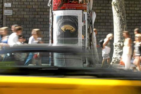 El cartel, aún colgado días antes de la corrida, en las Ramblas.   Reuters