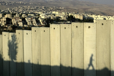 La sombra de un palestino se refleja en el muro de separación en Jerusalén. | Efe