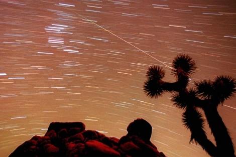 Lluvia de 'estrellas' captada desde el parque nacional Joshua Tree.| AP
