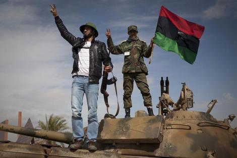 Rebeldes libios celebran la captura de un tanque del Ejército de Gadafi. | AP