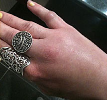 La mano de Mona Eltahawy.