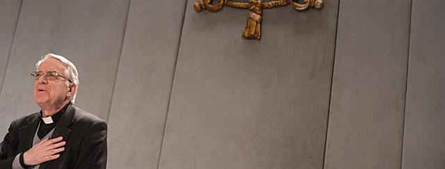 El portavoz de la Santa Sede, Federico Lombardi, habla del marcapasos del Papa.   Afp