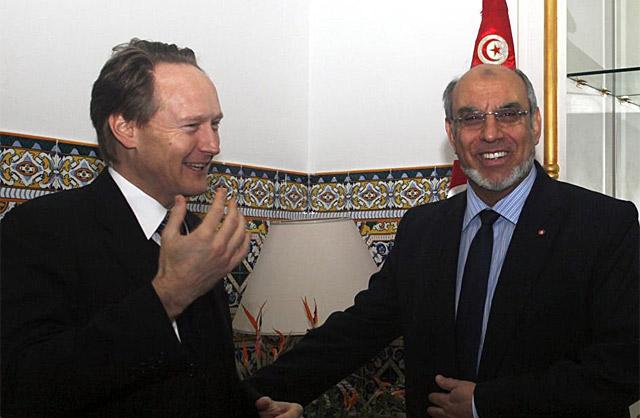 El primer ministro Yabali (d), felicita al embajador británico en Túnez, Christopher O'Connor,   Efe