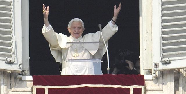 Benedicto XVI, durante su último Ángelus en la Plaza de San Pedro. | Efe